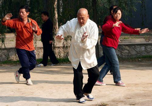 Tham gia vào một nhóm tập thể dục trong công viên