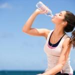 Uống nhiều nước để giữ ẩm cho da