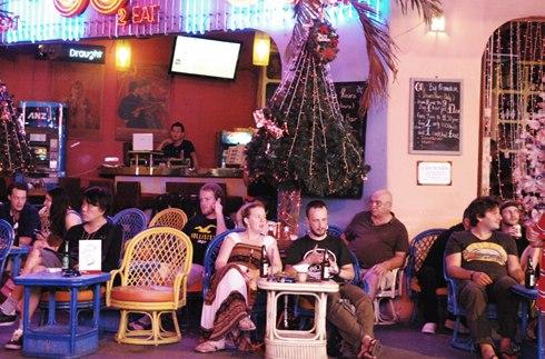 Vào những ngày lễ như Noel, năm mới, phố đông khách cả tây lẫn ta với các hoạt động náo nhiệt.