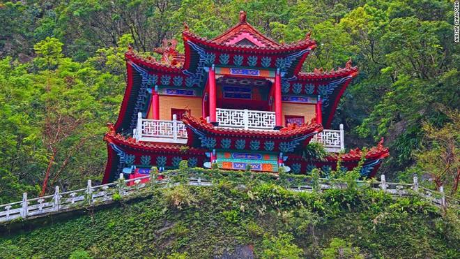 Ngôi đền cheo leo trên vách núi cẩm thạch ở Đài Loan